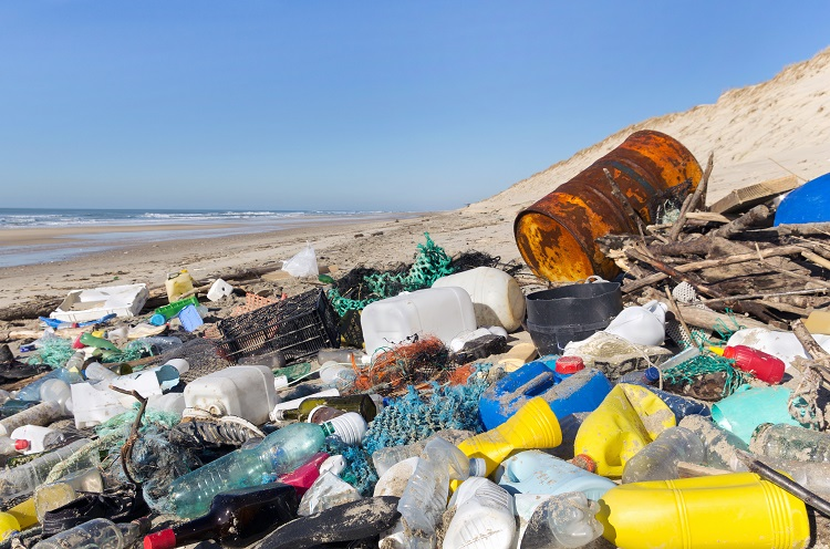 shutterstock_155701844-garbage-on-the-beach